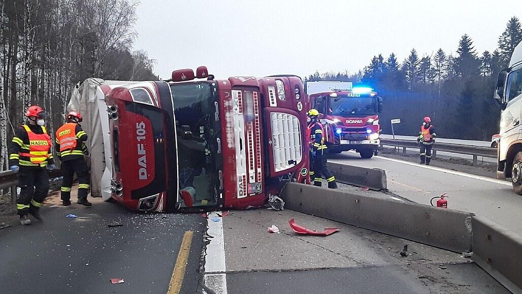 Kamion s pivem při převrácení těsně minul protijedoucí auto, ukázalo video