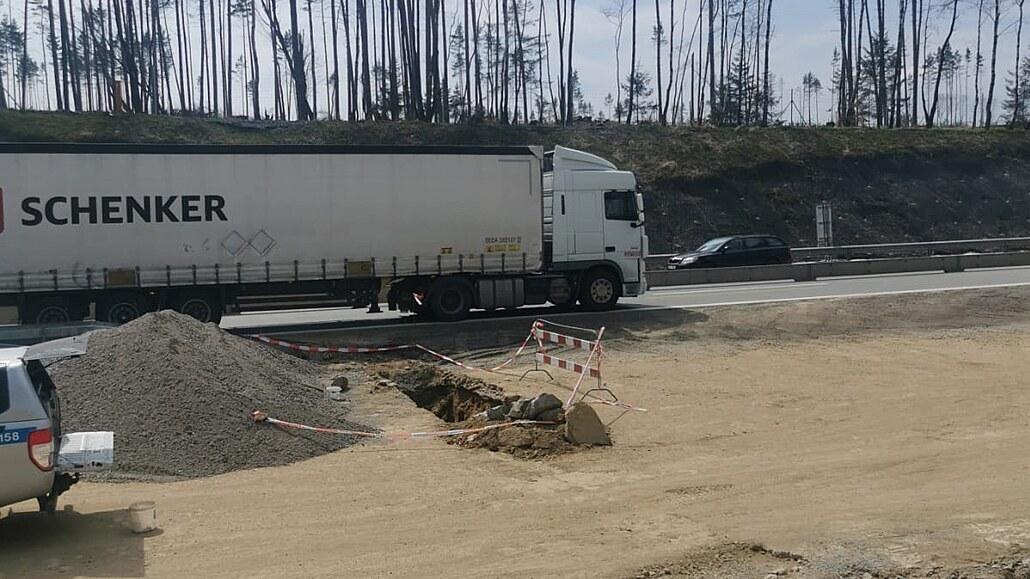 Na D1 vykopali nevybuchlou nálož, pyrotechnik ji zlikvidoval na místě