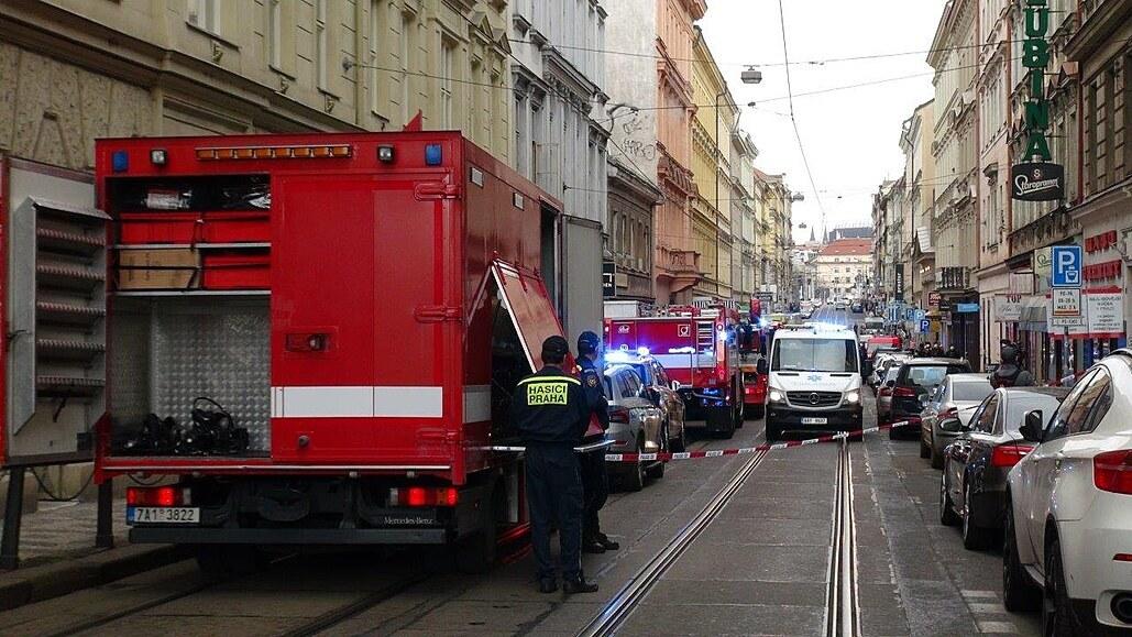 Při požáru bytu na Smíchově se žena nadýchala kouře, zásah omezil dopravu