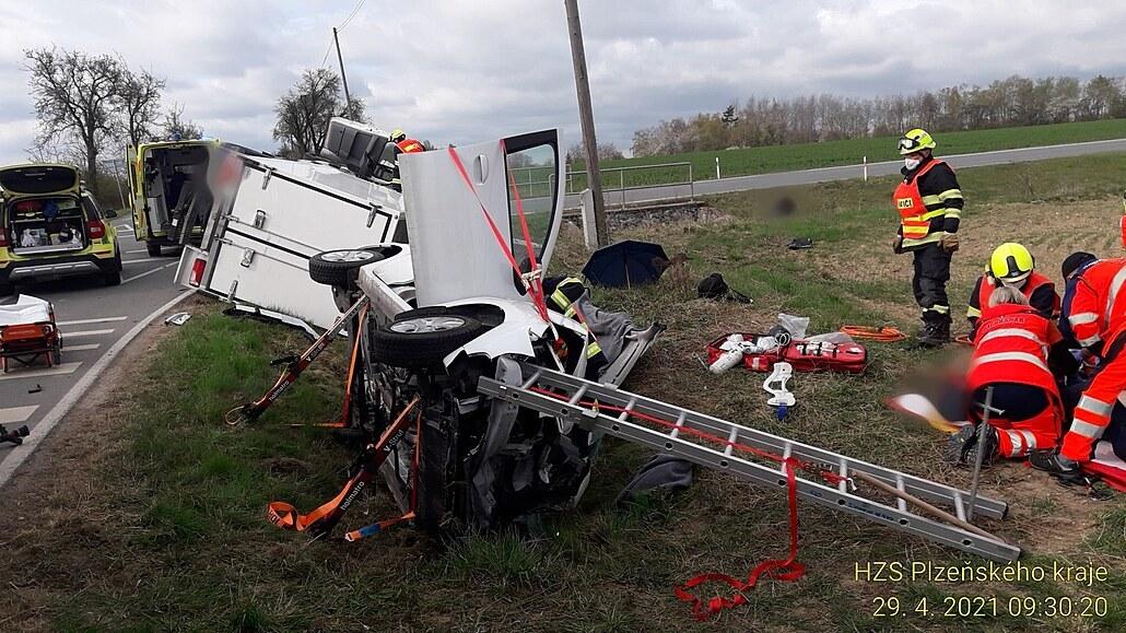 Po střetu s dodávkou museli hasiči staršího řidiče z auta vystříhat