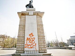 Na pomníku rudoarmějcům na Moravském náměstí v Brně se objevil hanlivý symbol s...