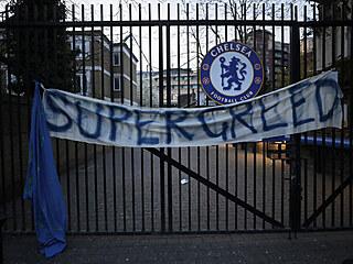 SUPERLIGA? SUPERHAMIŽNOST! Fanoušci Chelsea během protestů proti fotbalové...
