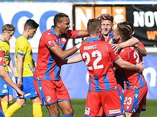 Plzeň slaví gól, zatímco tepličtí fotbalisté smutní.