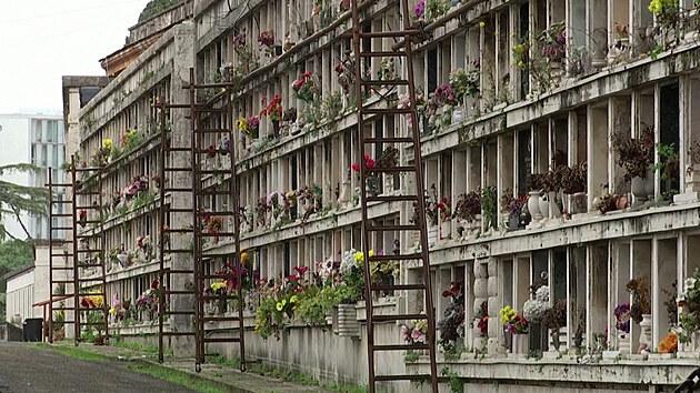 Římské hřbitovy praskají ve švech, na pohřbení čekají tisíce těl