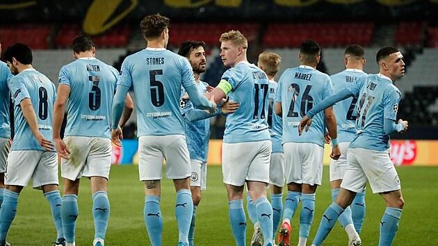 Fotbalisté Manchesteru City slaví gól na hřišti PSG.