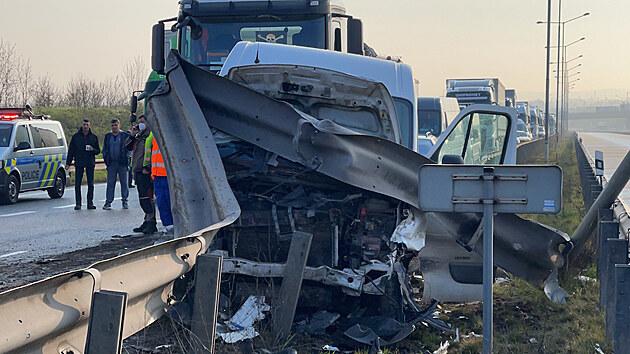 Srážka nákladního auta s dodávkou uzavřela Pražský okruh u Modletic