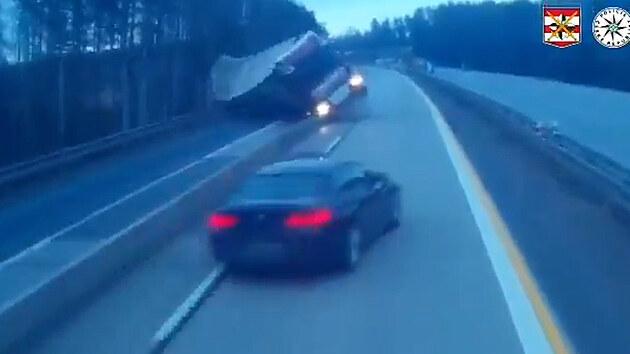 Policie ukázala, jak boural kamion s pivem na D1