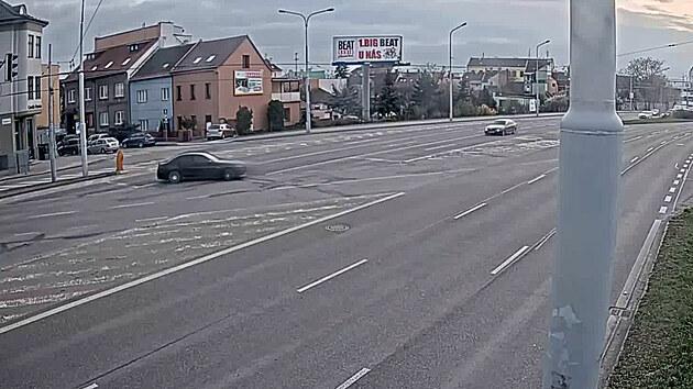 Řidič se chtěl smykem otočit, ohrozil auta v protisměru