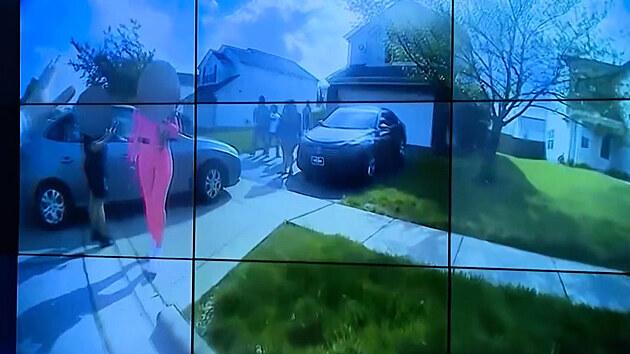 Americká policie zveřejnila záběry z kamery strážníka, který postřelil dívku