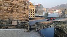 Na Karlově mostě od rána burácela formule 1