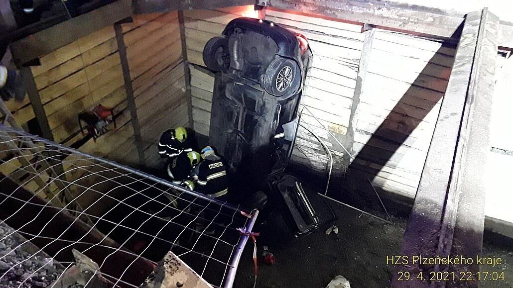 Vůz spadl do hlubokého výkopu, kus zábradlí se zapíchl řidiči do hrudníku