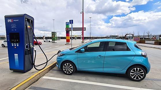 Nabíjení na 150 kW nabíječce Hypercharger Pražské energetiky