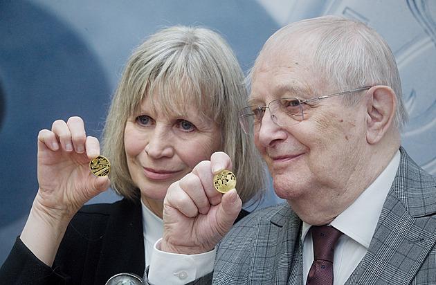 Jiří Suchý si k narozeninám vyrazil medaili. Šlitr by měl radost, vzpomínal