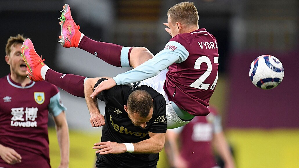 Souček zavinil penaltu, ale West Ham i díky Coufalově asistenci zvítězil