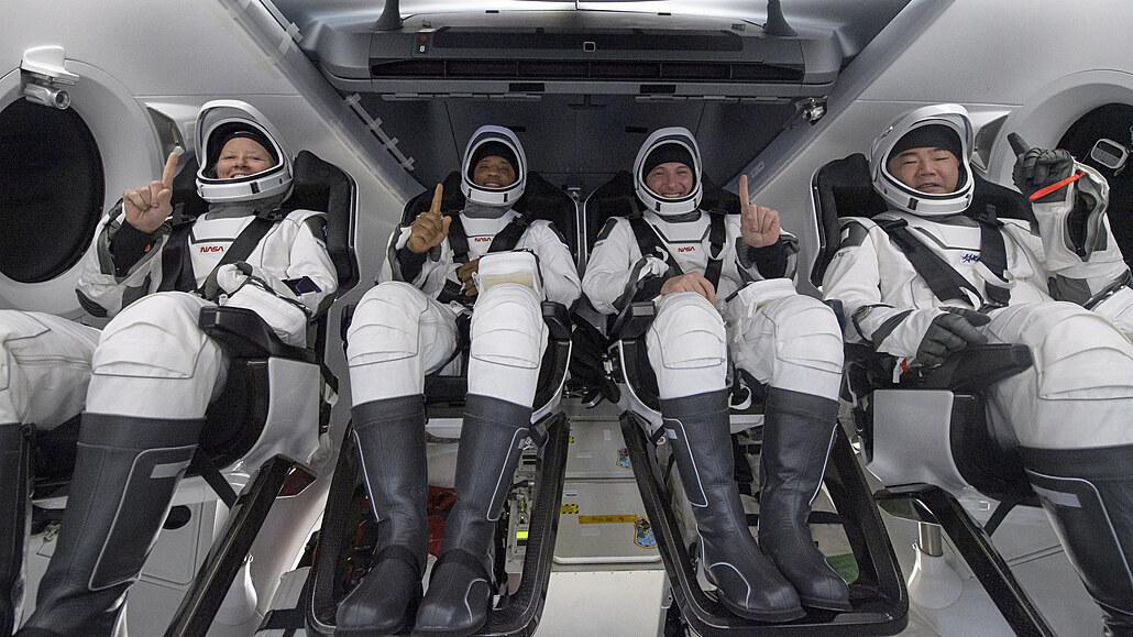 První plná mise soukromé lodi skončila, kapsule SpaceX přistála na Floridě