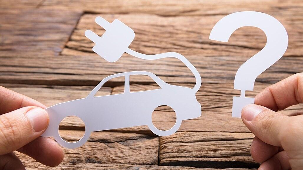 KVÍZ: Nepotřebují dálniční známku, parkují zdarma. Co víte o elektromobilech?