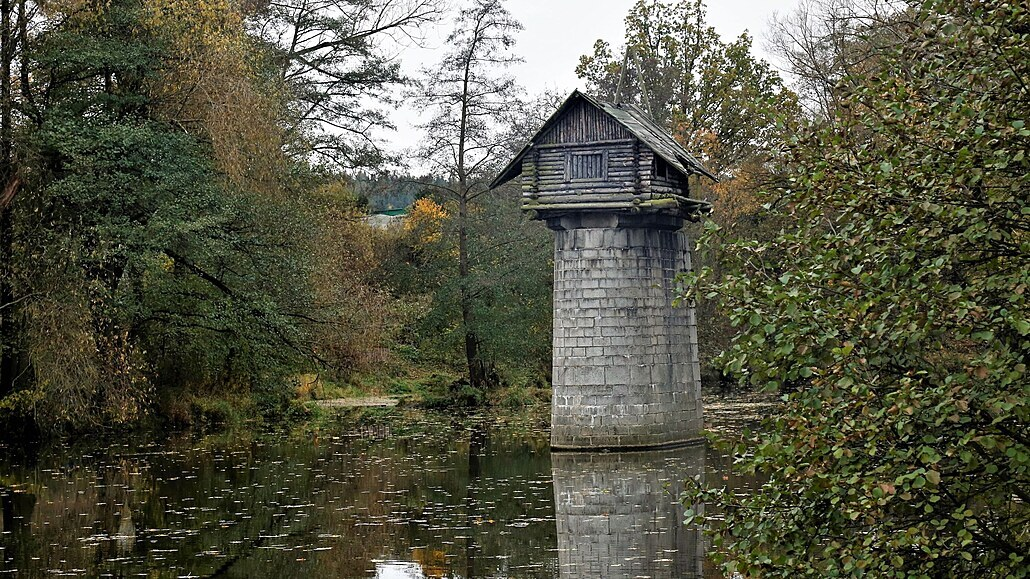 Dřevěná chaloupka na pilíři je turistickou senzací, půjde ale k zemi