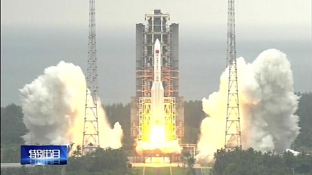 Trosky mohutné čínské rakety se mají zřítit na Zemi neznámo kde