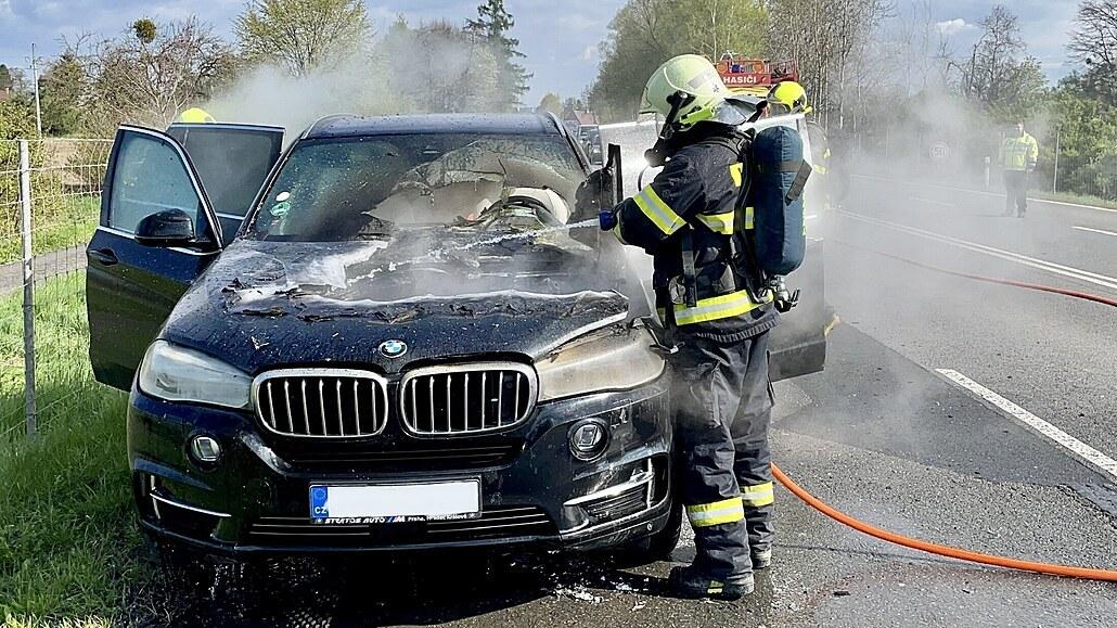 V Kunčičkách u Bašky hořelo auto, hasiči museli zavřít silnici