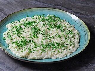 Před podáním posypejte risotto bylinkami.