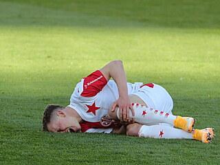 Slávista Lukáš Provod v bolestech během pohárového derby na Spartě.