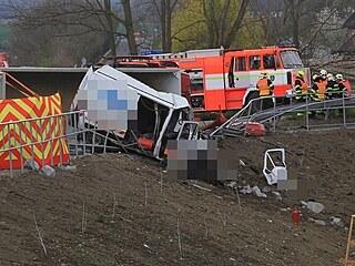 Nákladní vůz naložený velkými kameny dostal patrně kvůli defektu kola smyk a...