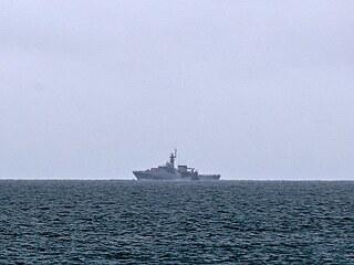 Britská vojenská loď HMS Tamar hlídkuje u ostrůvku Jersey. (6. května 2021)