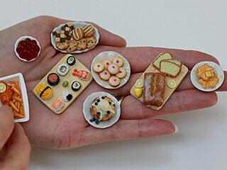 Žena tvoří dokonalé miniaturní jídlo do domečků pro panenky.