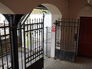 Zábřežskou pasáž přehrazuje na jedné straně plot s bránou, která se na noc...