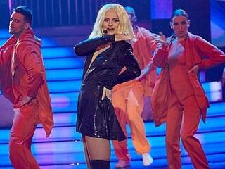 Iva Pazderková jako zpěvačka Dua Lipa předvedla v Tváři taneční hit Physical.