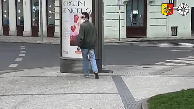 Po Praze chodí muž, který se tiskne na ženy a nabízí jim sex