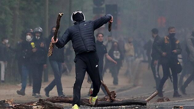 Policie rozptýlila několik stovek shromážděných lidí v bruselském parku Bois de la Cambre. Zasahovalo pět stovek policistů, vodní děla i jízdní policie. Lidé protestovali proti zákazu hromadných akcí kvůli šíření covidu-19. (1. května 2021)