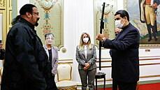 Prezident Venezuely dostal od Stevena Seagala meč