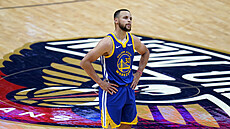 Stephen Curry z Golden State na palubovce New Orleans.
