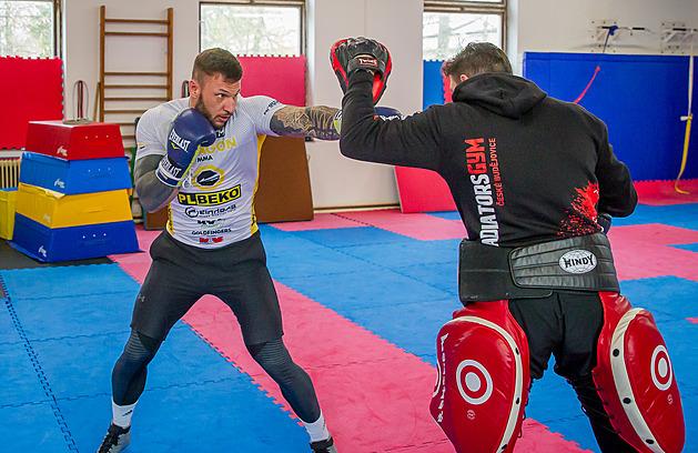 Robin Fošum po zranění a návratu z Balkánu začal opět zápasit. Nyní se chystá v budějovickém Gladiators gymu s trenérem Michalem Novákem (vpravo) na duel v Oktagonu.