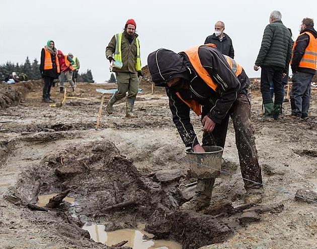 Na stavbě obchvatu Lukavce objevili archeologové vzácný dehtářský areál