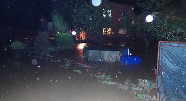 Voda z přeteklých rybníků v noci zatopila desítky domů na Opavsku