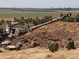 Izraelští vojáci u města Sderot poblíž hranice s Pásmem Gazy (13. května 2021)