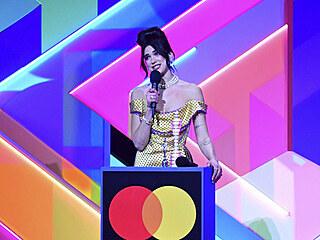 Zpěvačka Dua Lipa ovládla hudební ceny Brit Awards 2021 v londýnské O2 Areně....