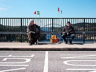 Třiasedmdesátiletá švédská dvojčata Ola a Pontus Berglundovi se scházejí jednou...