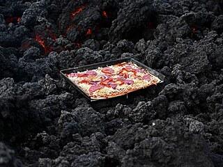 David Garcia připravuje pizzu přímo na guatemalské sopce Pacaya, z níž proudí...