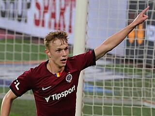 Sparťanský mladík Adam Karabec slaví gól v utkání proti Plzni.