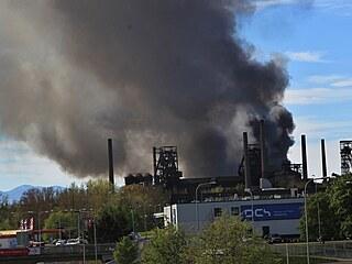 V popředí známý areál Dolních Vítkovic, hoří však až za ním v areálu firmy na...