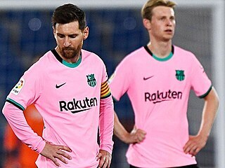 Lionel Messi (vlevo), spoluhráč Frenkie de Jong poté, co Barcelona inkasovala...