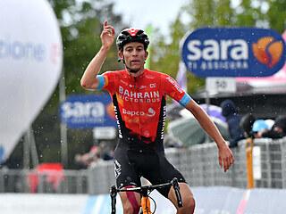 JÁ TO DOKÁZAL. Gino Mäder se raduje z vítězství v šesté etapě italského Gira.