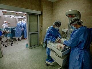 V Nemocnici Tomáše Bati ve Zlíně porodila císařským řezem maminka nakažená...