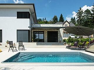 Roční náklady na vytápění domu i ohřev vody v bazénu vyjdou přibližně na 28...
