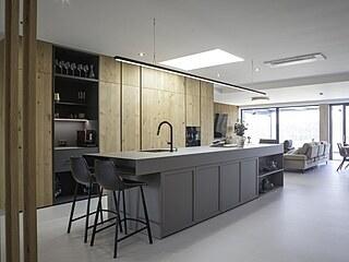 Kuchyňské části dominuje velký ostrůvek s varnou deskou a dřezem.