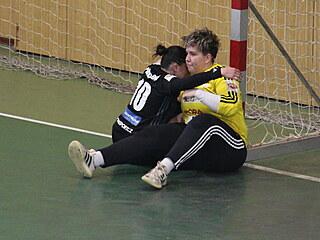 Olomoucká brankářka Michaela Polášková (vpravo) tiší spoluhráčku Martinu...