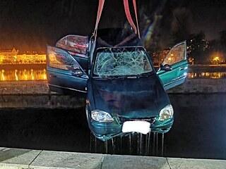 Auto, které sjelo na pražské Kampě do Vltavy, vyprošťovaly v pondělí v noci tři...